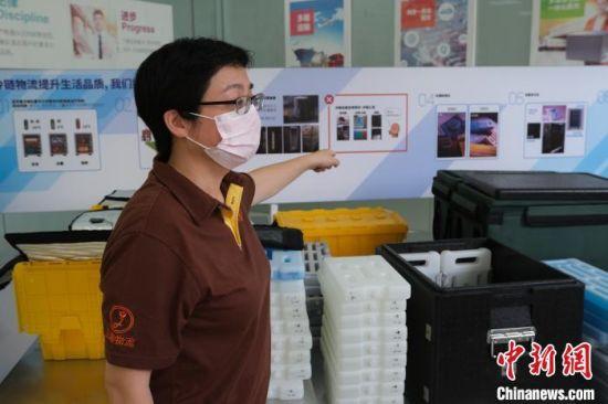 台商宋可琪向记者介绍冷链物流相关设备。 黄咏绸 摄