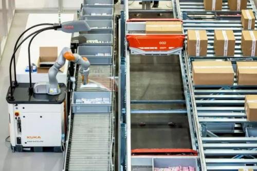 第一类自动拣选机器人,带有 AI 与视觉识别,将货品从料箱中取出