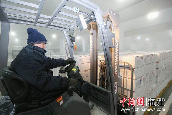 员工开着叉车在低温的环境下工作