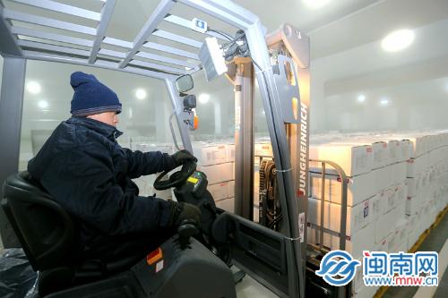 员工开着叉车在低温的环境下工作.JPG