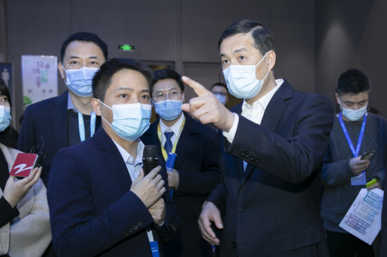 浙江省人民政府副省长刘小涛(右)莅临传化智联展位了解、指导
